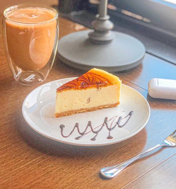 妳一定沒聽過!西門超隱密讀書咖啡廳<4F劇場咖啡>原味起司蛋糕$160不會很甜,下面的餅