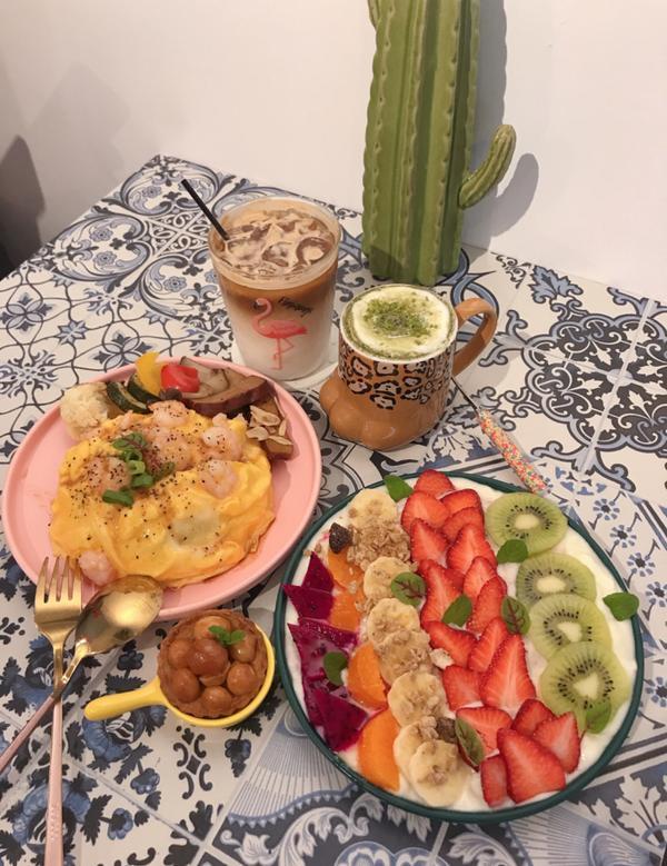 📌新北永和「招金GABi」 蝦仁滑蛋蓋飯 綜合水果優格 手工司康 冰拿鐵 抹茶歐蕾  很喜歡店裡面