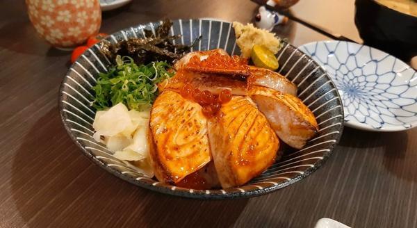 草屯美食|京壽司✨炙燒鮭魚丼飯✨這碗蓋著滿滿鮭魚片的就是京壽司的招牌炙燒鮭魚親子丼!炙燒生魚片搭配晶