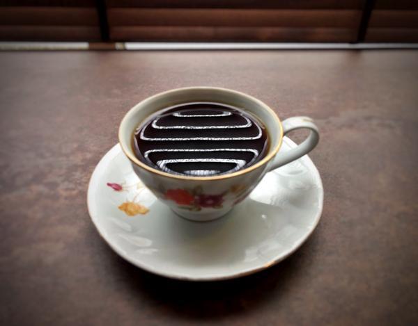 高雄 咖啡 👔 令人懷舊的老宅 彷彿來到了爺爺奶奶家做客 有著相當復古的吧檯 來杯手沖單品 相當有