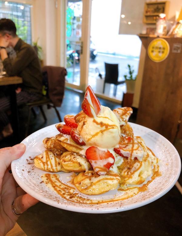 超有名的荷蘭小鬆餅你吃過了嗎?📍台北 // 大同區 // 荷蘭小鬆餅 🔸火烤焦糖布丁草莓 170