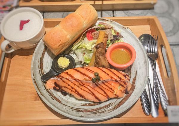 高雄-苓雅|多一點 a little more|麵包好吃的早午餐 🌸燻鮭魚蔬菜起士蛋捲 $290