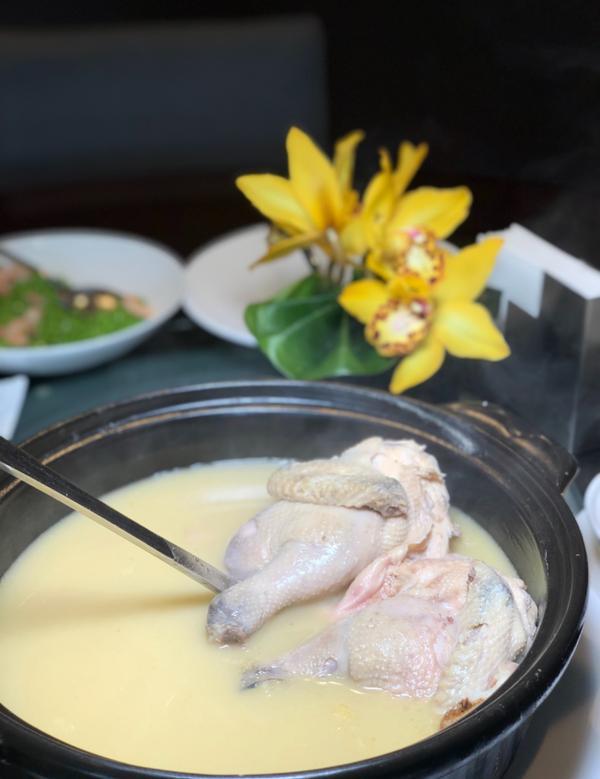 媽媽最愛の請客樓雞湯❤️連續兩年獲得米其林二星的請客樓,其中最招牌的是雞湯,每每去都必點!家人都超愛