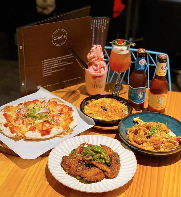 《札卡Zaka|台中美食》峇里島風餐酒館一進門就被霸氣的投影機大螢幕吸睛到📹 先前還有Live直播