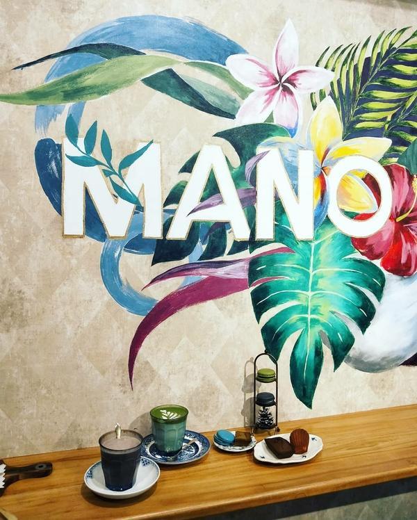 👉#旅人呷新竹 主打外帶甜點的#manomano 店內位置不多,大致分為牆面彩繪區和窗邊小角落
