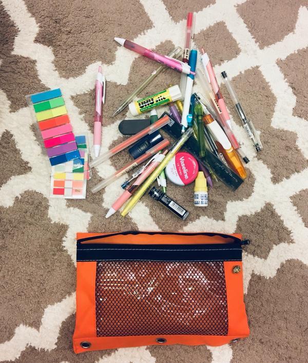 一起來挖掘我的鉛筆盒裡有什麼 LET'S PULL OUT MY PENCIL CASEHi,我是C