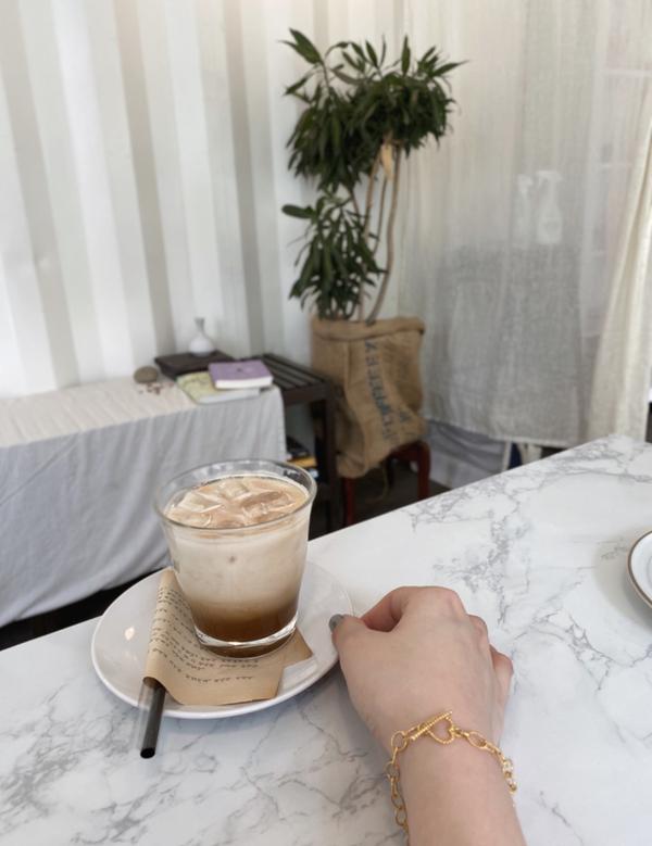 嘉義超級韓系咖啡廳♡今天要跟大家分享的是嘉義一間非常可愛的咖啡廳雖然空間不大但是卻非常溫馨可愛🥰咖