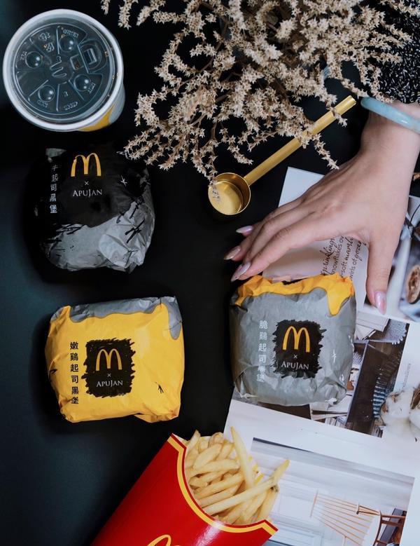 |麥當勞|—APUJAN 跨界聯名新品上市!魔幻黑堡系列。今天小編用手刀的方式衝來麥當勞,來嚐鮮5