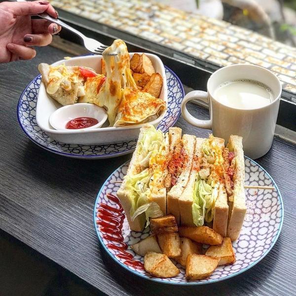 台南五妃復古風早午餐店 ins最夯的芋頭吐司也有#五妃街美食👉#尋早早餐📍往下滑看菜單我們點了牽