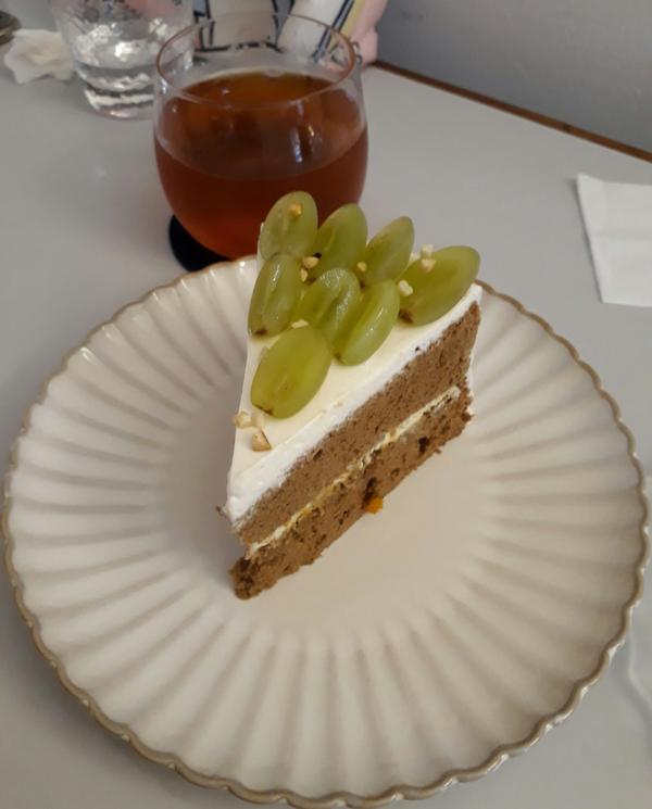寂人食堂再次拜訪 午後來點甜的放鬆心情 今日🍰白葡萄伯爵戚風 伯爵焦糖巧克力(應該是😂) 😋�