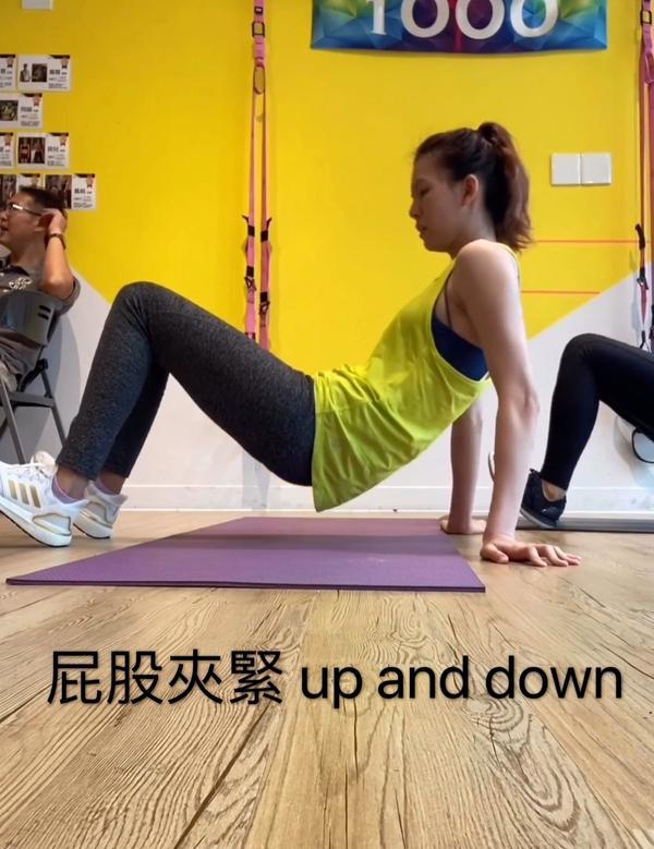 瘦手臂與美背上次意外的跟到教練的線上運動課程 30分鐘練的是手臂跟後背 想到夏天動輒都是無袖、露背