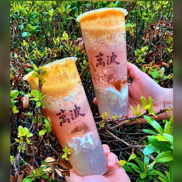 📍全台 •【萬波島嶼紅茶】  夏天到了,大家都在推水蜜桃跟芒果系列的消暑聖品😃😃萬波也跟上腳步