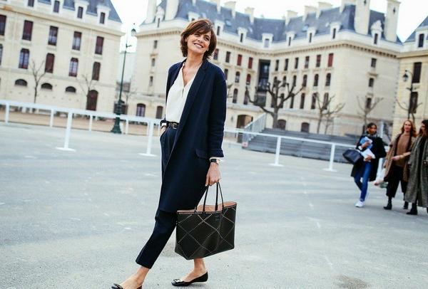 做個細緻優雅的法式女性吧!指尖擦上Pantone經典藍,風格幻化最是撩人走過了2018神秘的Pant