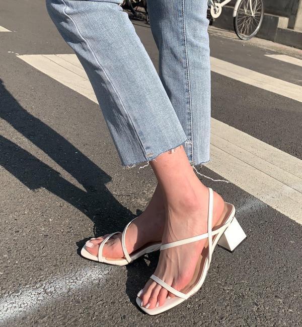 夏天就是要來一雙白色涼跟鞋😍穿上後可以讓身形比例更加完美‼ https://is.gd/BinaC