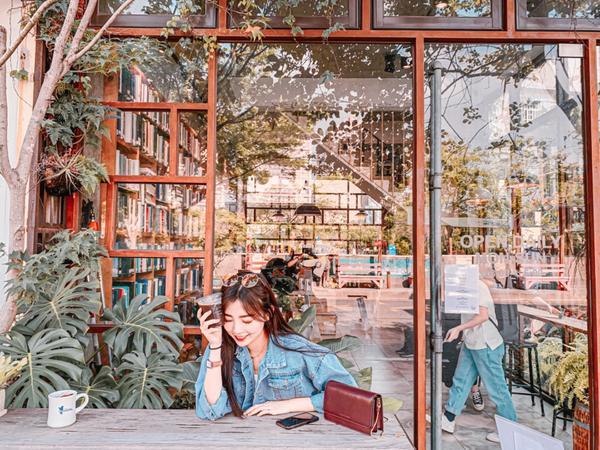 彰化員林—街道旁的文青咖啡廳『右舍咖啡』被樹叢包圍的午後時光突然很想吃彰化美食決定明天放假就衝去彰化