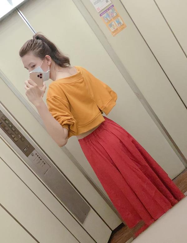 熱昨天天氣突然轉涼 讓我瞬間有種回到秋天的感覺 因為一個冷到  於是今天穿了長袖+長裙 然後早上出門