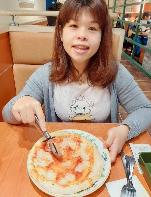 最愛吃披薩馬自瑞拉起司披薩真的爆好吃雖然在減肥但還是吃了啊啊啊晚點要運動了!