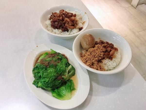 📌台北車站「北北車」 北車這附近真的很多吃的 雖然來這時還是常常在想要吃什麼😂  魯肉飯$ 40