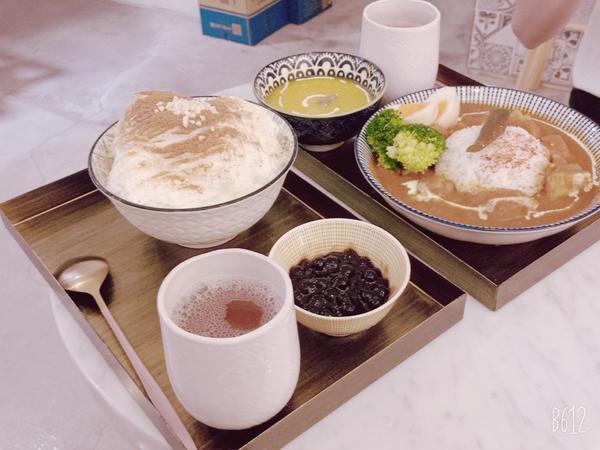 來時,吃冰我來吃冰,珍珠鮮奶雪花冰100,我朋友點咖哩飯220,還不錯,小文青的店,都有附一杯熱茶,