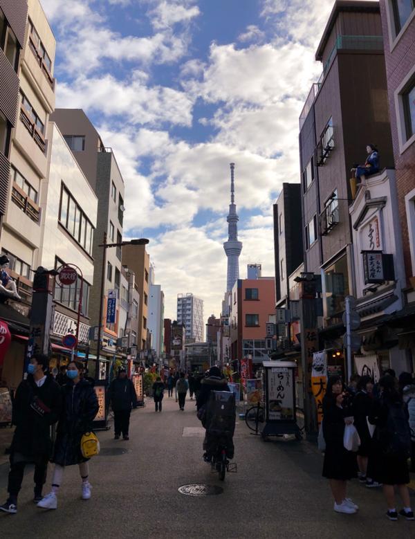 在這段疫情持續蔓延的日子 只能看著之前的照片慢慢回味、細細品嚐 風和日麗的上午 我走在日本的街上