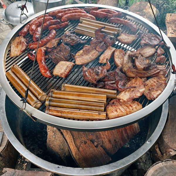 阿里山美食:游芭絲鄒族風味餐飲!阿里山腳下的美味原民餐廳🤤 用原木去烤的香腸、山豬肉、竹筒飯、還有