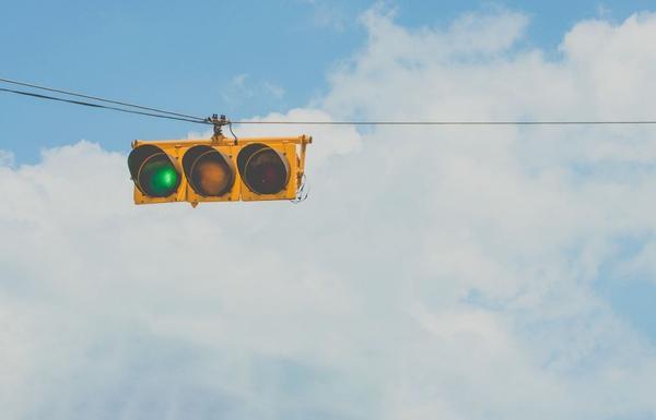 「我們必須習慣,站在人生的十字路口,卻沒有紅綠燈的事實。」這是來自海明威的一句話,在學生時代,總有界