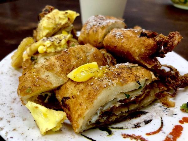 [台北|大龍峒]重慶豆漿炸蛋餅 📍 🥞這家位在傳統市場內的豆漿店 炸蛋餅吃起來卻不油👍 用菜脯