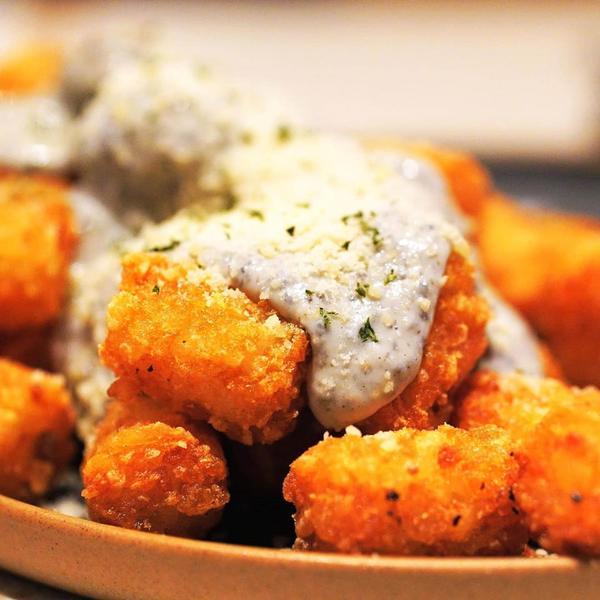 松露薯球開胃菜松露薯球是由馬鈴薯、松露醬及帕瑪森起司製成,油炸的酥香搭配松露醬,基本上和餐酒館吃到的
