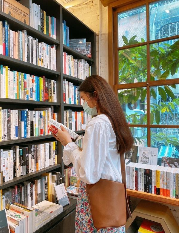 藏匿在中山商圈的老宅復古書店|浮光書店🏠 |台北安妞大家今天要跟大家分享的是一家隱身在熱鬧繁華的中