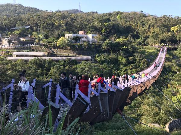 台北內湖🌉碧山巖旁的龍骨白石湖吊橋在內湖碧山巖的開漳聖王廟附近,有座長116公尺的龍骨型吊橋,連接