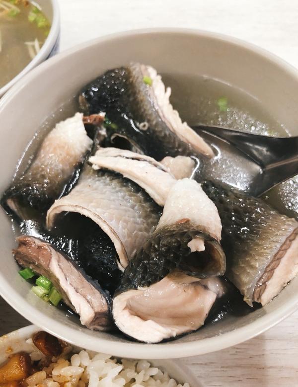 【台南安平美食】在台南虱目魚皮湯+肉燥飯就是絕配|安平必吃美食之一王氏魚皮虱目魚皮湯,料多鮮甜搭配哇