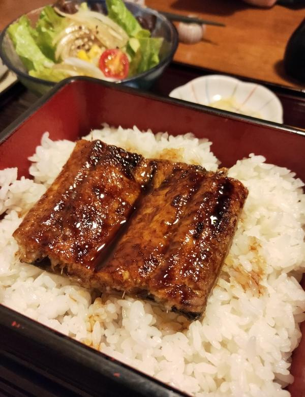 芝山 豚馬日本料理鰻魚飯很好吃但刺有點多 豬排的麵衣跟肉有點分開 牡蠣吃起來蠻新鮮的 因為比較喜歡鮭