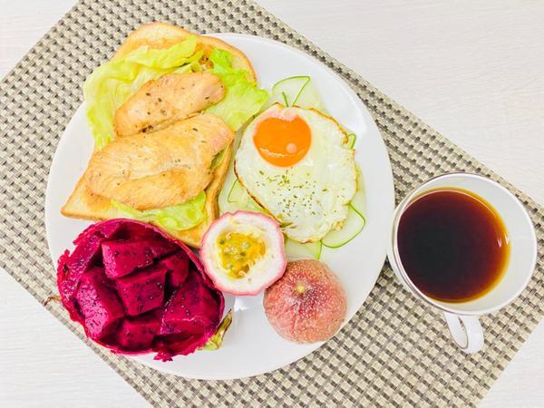 手作早午餐/朝食2020/07/30 蘿勒雞胸肉太陽蛋生菜花生醬三明治2020/07/30早午餐/朝