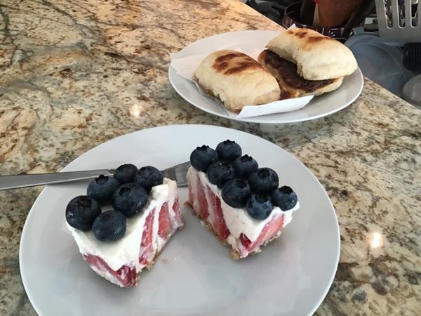 早餐日記 ••• 紅豆奶油饅頭、莓果生乳酪上次做了一批饅頭用烤箱烤,沒有像電鍋蒸的那樣發得白白胖胖,