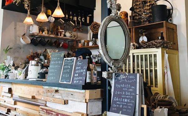 景美巷弄隱藏版咖啡廳捷運景美站有非常多間咖啡廳,其中在捷運二號出口的黑貓工作室CafeChatNoi