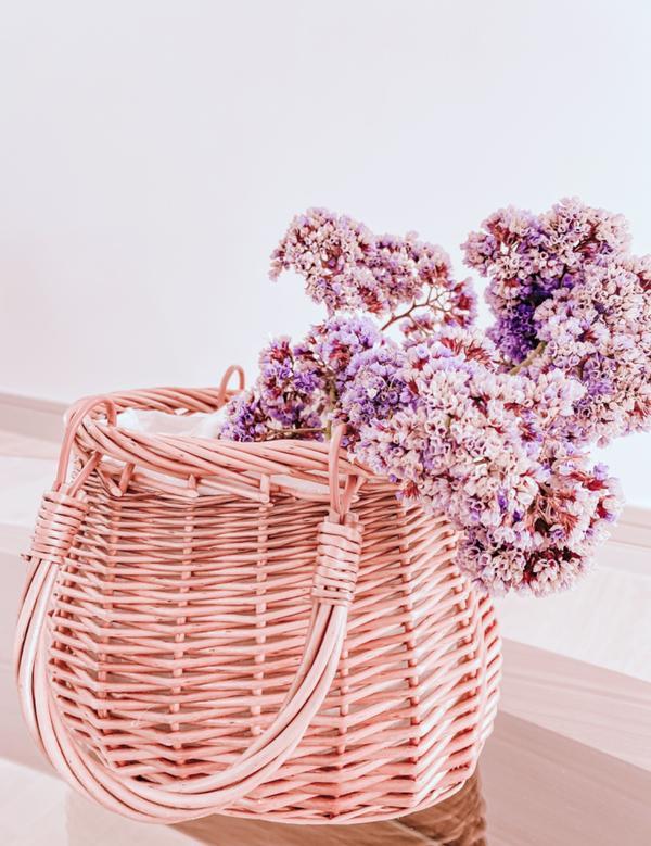 大推  我最愛的乾燥花《星辰花》!在戶外採的《星辰花》放進我最愛的竹包裡,完全無違和感。  茶花的花