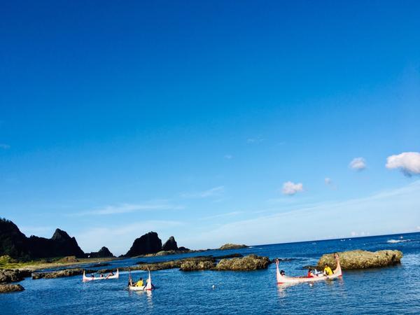 打打卡| 我在蘭嶼,拼板舟。蘭嶼、東清灣、拼板舟,是一幅藍天白雲下,永遠看不膩的風景。