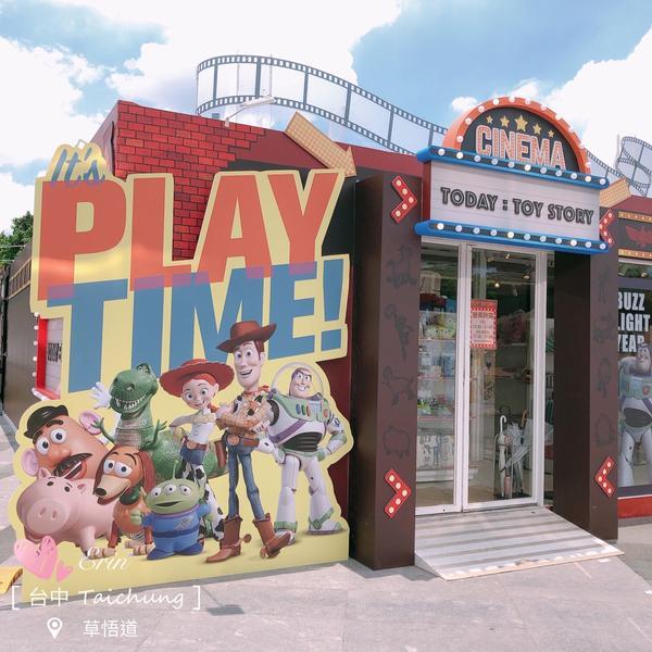 玩具總動員25週年紀念 ✨《懷舊電影院》✨ 紅磚造型的外牆  超大幅海報 美式懷舊電影院風格🎬🎥