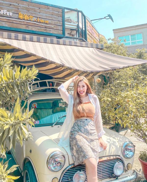 📍高雄小港-奧斯汀人文咖啡🇹🇭- 奧斯丁古董車太可愛了啦~🧡 想把它開走內(˶‾᷄ ⁻̫ ‾