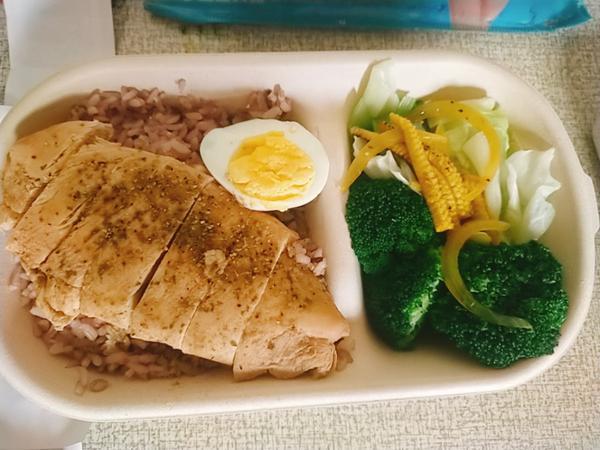 健康低GI玉蘭廚房 雞胸肉便當,除了雞胸肉上的義式香草粉外沒有過多的調味料,美味健康簡單的便當~ 練
