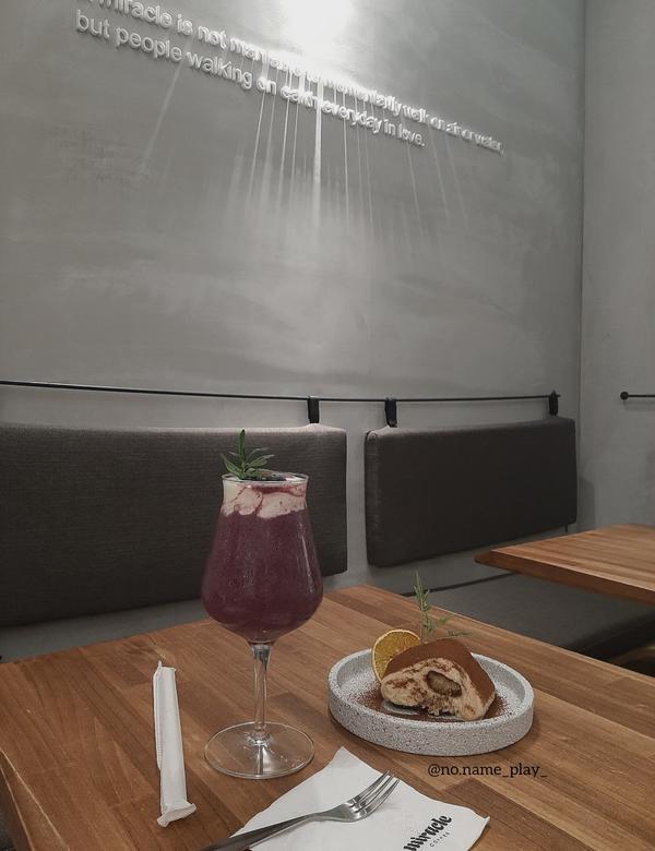 【台北 Taipei 】🤟傳說中的林俊傑咖啡廳→miracle店家外面的綠色植物的擺設🌿 明亮的