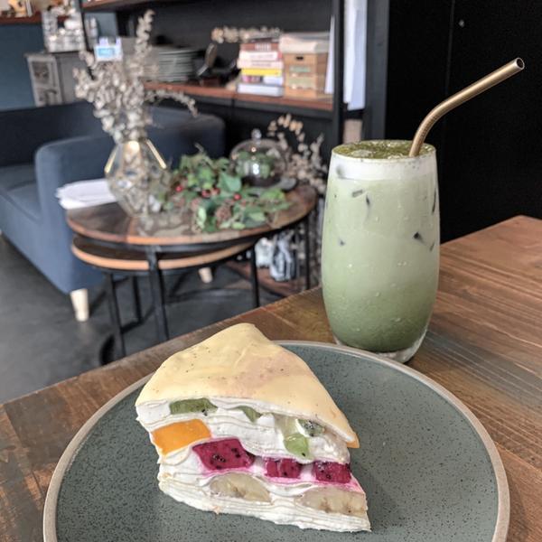 OZ Cafe&Bistro 🥠水果優格千層適合這樣炎熱的天氣吃,優格爽口包覆水果塊、芋泥奶綠的芋