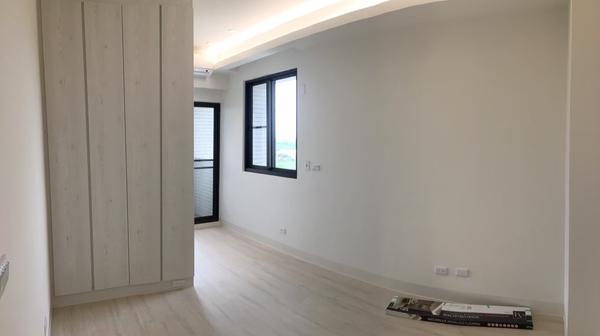 日系風格的居家微裝修兩房小坪數用少少預算妝點客廳空間及臥室書房 利用系統櫃收納,空間雖小但收納空間不