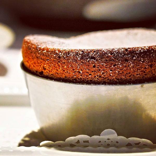 巧克力舒芙蕾使用70%的巧克力製作,甜度剛好不死膩,且因為現作,內部會有熔岩般的口感,個人非常喜愛,