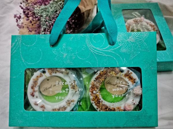 禮盒式白麝香香氛磚禮盒式白麝香香氛磚 淺藍色的顏色配上 淺藍綠色緞帶是不是看起來很歐式風格的港覺呀