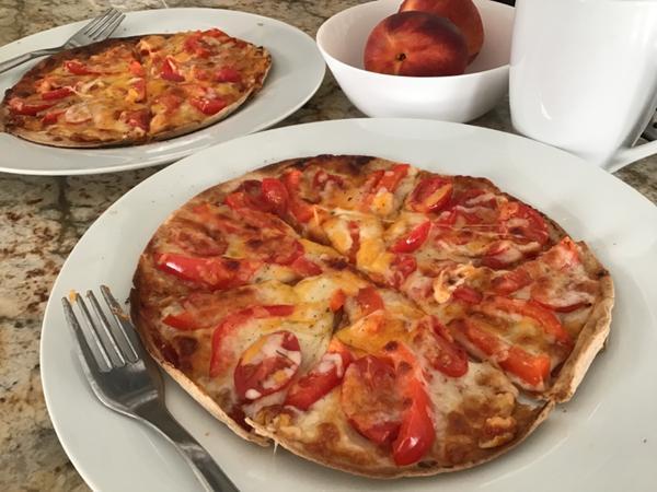 早餐日記 ••• Tortilla Pizza—甜椒蕃茄起司我家常備Tortilla餅皮,做蛋餅、起