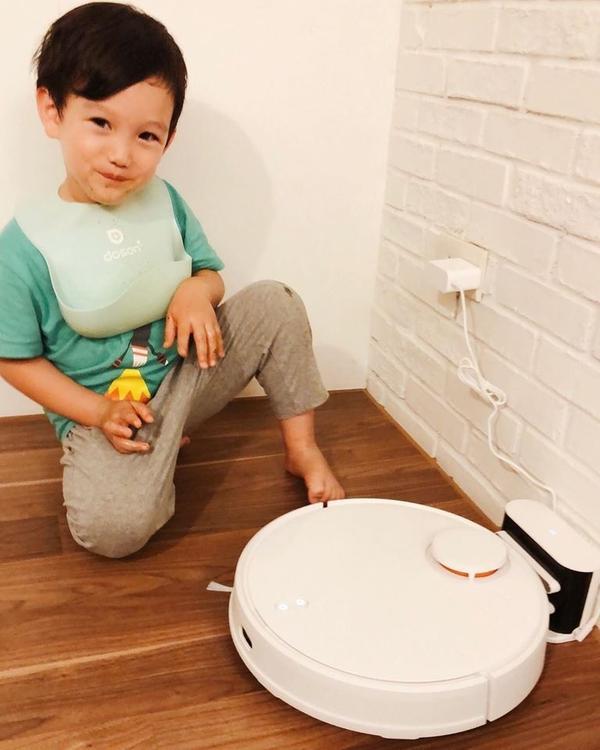 【入荷小米掃拖機器人】這個假日我們終於入手了掃地機器人,然後全家都很俗的一直關注他。.柚子因為幫忙收