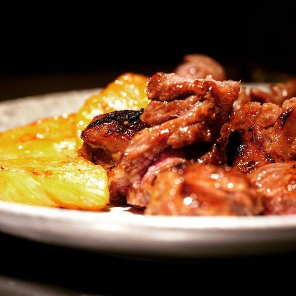 醉翁之意這道醉翁之意,其實就是牛肋脊肉,被裝在可愛的小甕中,並用紹興酒與水果醃製,肉質鮮嫩且油香四溢