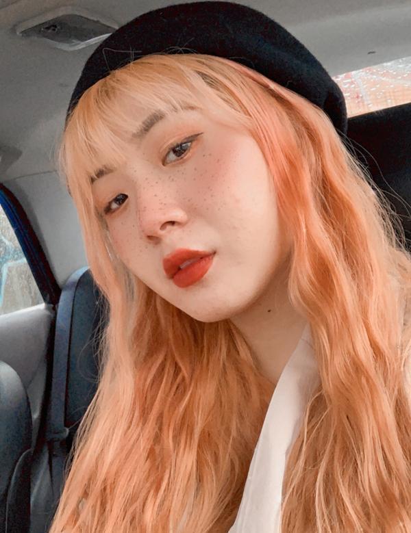 髮色分享~夏天最吸睛的橘髮🧡在我染這橘髮前從沒挑戰過亮色系的髮色,頂多就是深咖啡或奶茶色,當初染完