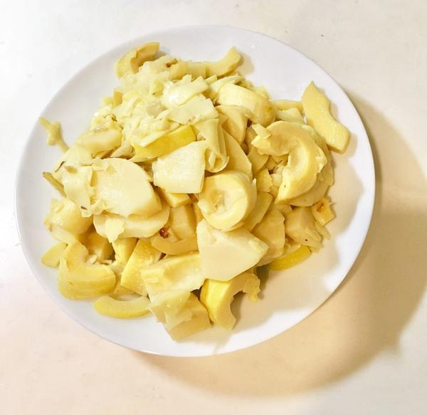 清炒桂竹筍每年只有短短的當令時間品嚐的到當季的樹頭鮮,不同於醃筍;無酸味。材料:新鮮桂竹筍、薑、紅蔥